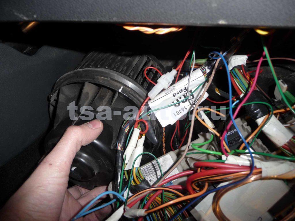 снятие мотора отопителя Форд Фокус 2
